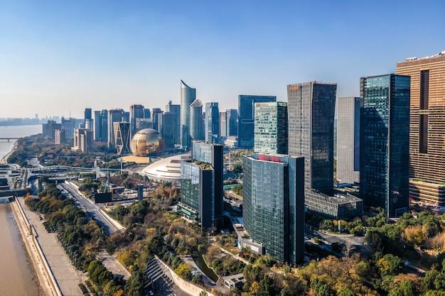 La fotografia aerea dello skyline del moderno paesaggio architettonico urbano a hangzhou, cina