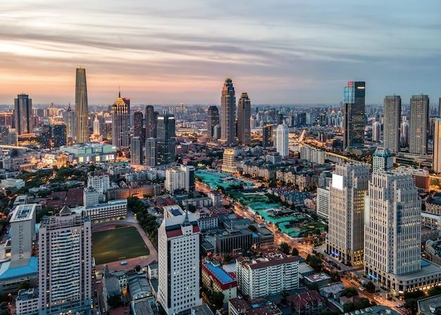 Fotografia aerea della vista notturna dell'orizzonte della costruzione della città di tianjin