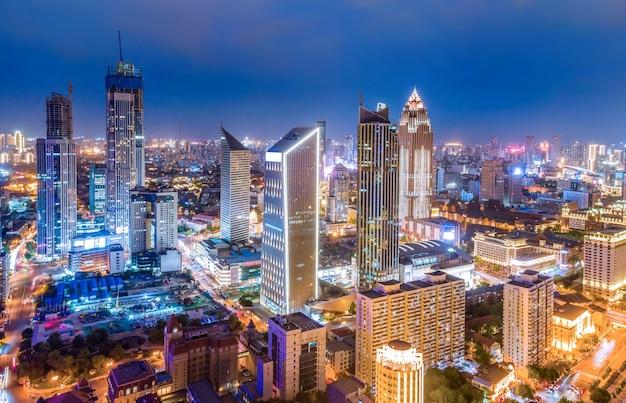 La fotografia aerea del paesaggio della città di tianjin di notte