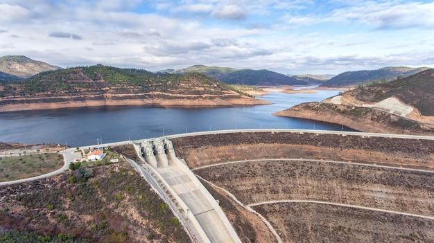 Aerea. diga del serbatoio odelouca di acqua potabile nella regione dell'algarve in portogallo. monchique.