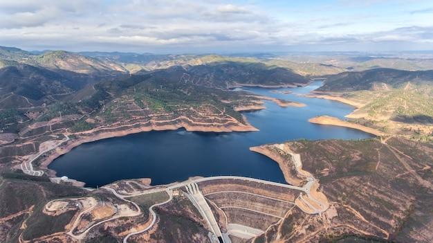 Aerea. diga del bacino idrico odelouca di acqua potabile nella regione dell'algarve del portogallo.