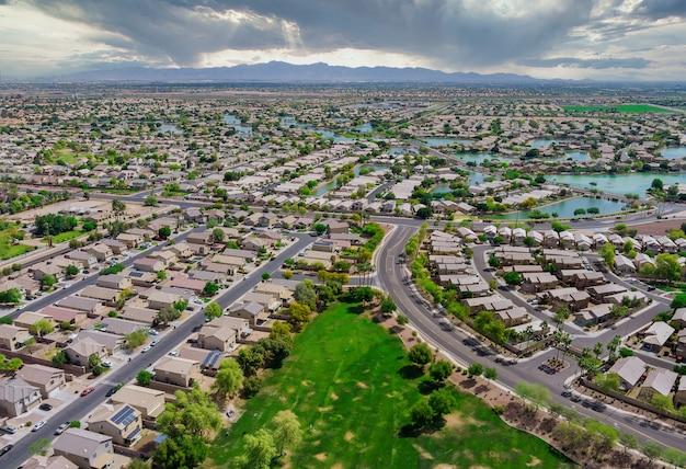 Tetti aerei dei tanti piccoli stagni vicino a avondale case di città nel paesaggio urbano di una piccola zona notte phoenix in arizona usa
