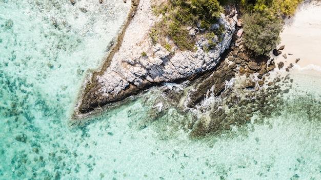 Il tiro aereo dell'onda e la costa oscillano sull'oceano, il golfo della tailandia