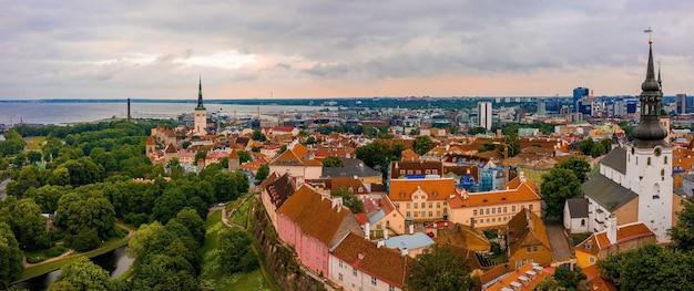Ripresa aerea della bellissima città di tallinn in estonia