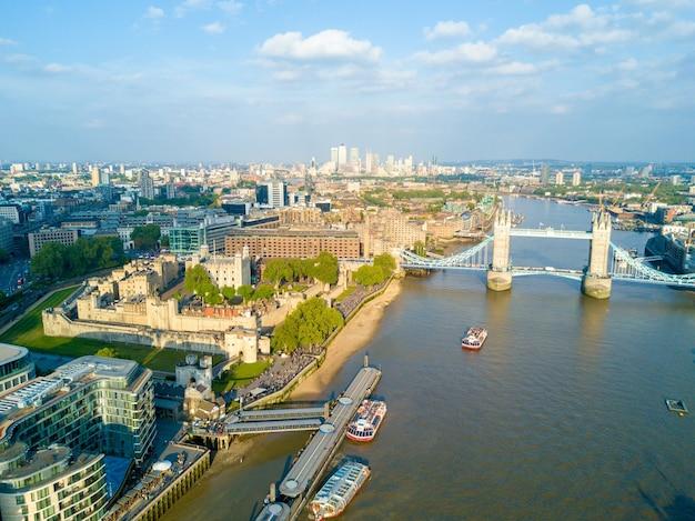 Ripresa aerea del bellissimo tower bridge sui temi del fiume nel regno unito