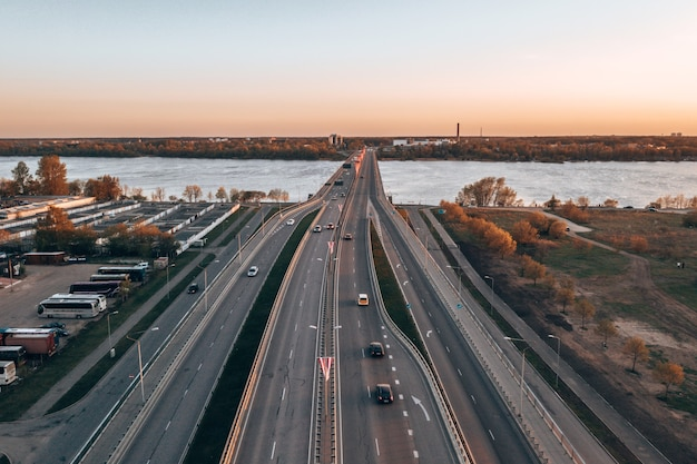 Ripresa aerea di un ponte su un fiume