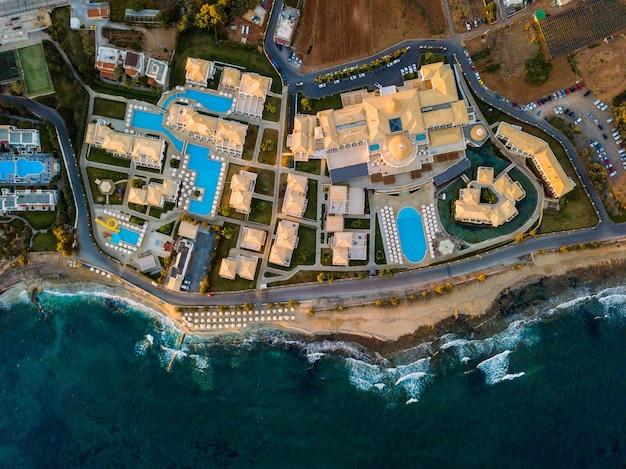 Ripresa aerea di edifici vicino a un mare