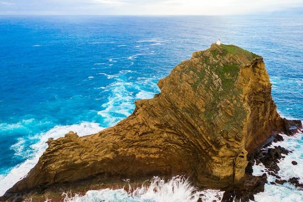 Ripresa aerea dell'isola di madeira con l'oceano atlantico