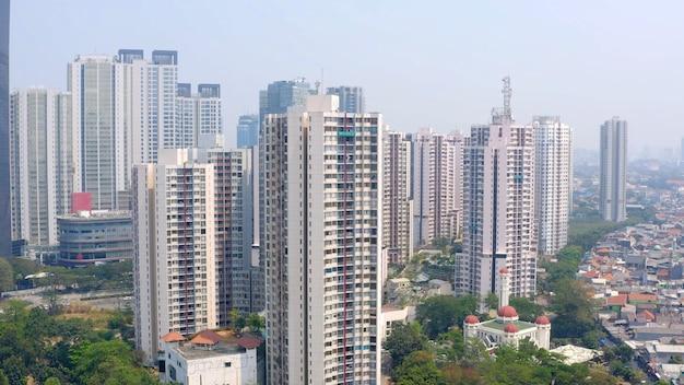 Ripresa aerea di una città moderna con grattacieli e un po' di verde