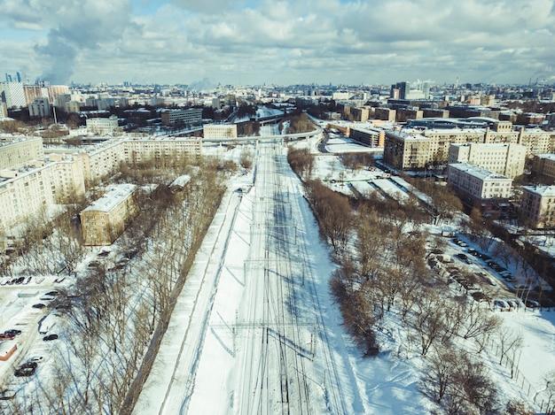 Ripresa aerea di una ferrovia in una città in una giornata di sole invernale in città