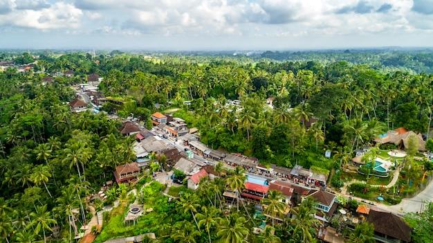 Riprese aeree di tegallalang green land village. mercato di souvenir lungo la strada vicino a tegallalang.