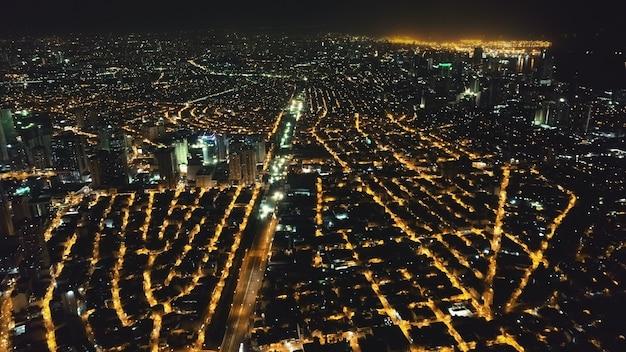Paesaggio urbano di rallentatore aereo di notte. strade illuminate del centro di manila all'itinerario della città di traffico