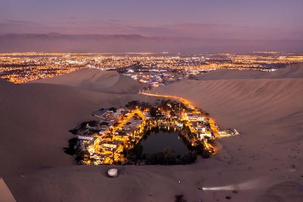Vista aerea al tramonto dell'oasi di huacachina in perù