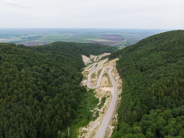 Vista aerea superiore della strada tortuosa in montagna