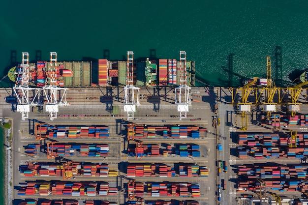 Terminali per container con vista dall'alto aerea e container per la spedizione