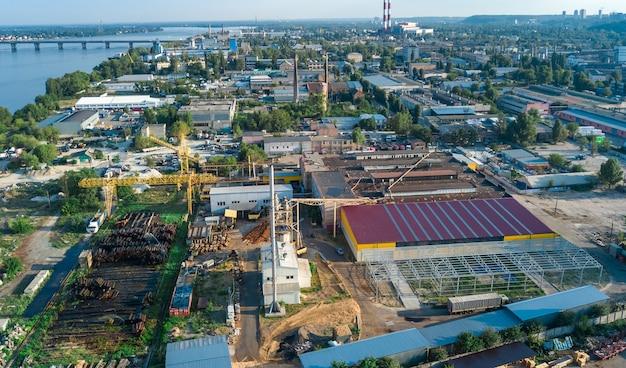 Vista aerea superiore della zona del parco industriale dall'alto, camini della fabbrica e magazzini, distretto industriale di kiev (kiev), ucraina