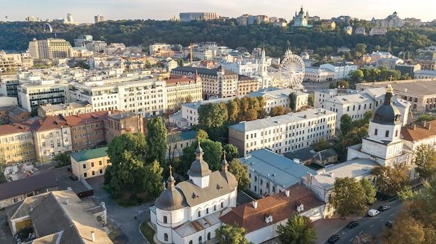 Vista aerea dall'alto del paesaggio urbano di kiev sul fiume dnieper e sullo skyline del distretto storico di podol dall'alto