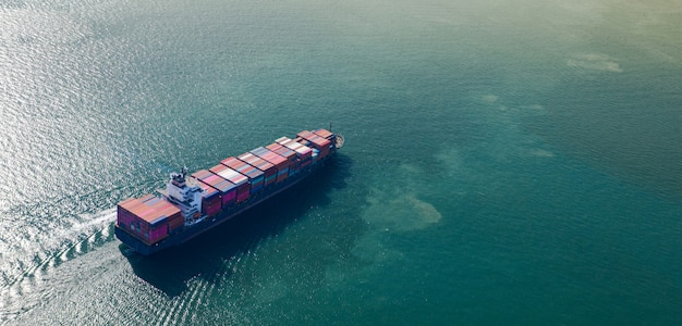 Vista superiore aerea della nave da carico del grande contenitore in affari di esportazione e importazione e logistica in mare