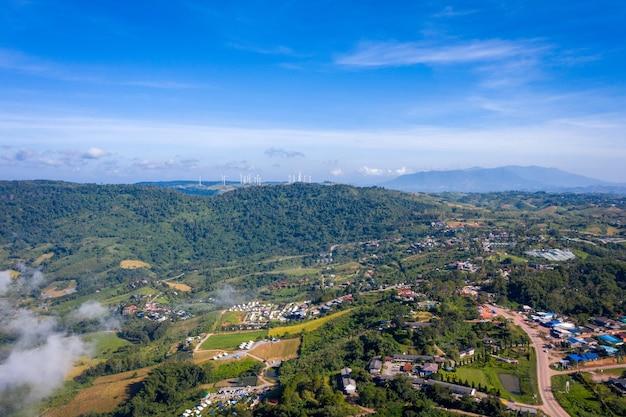 Vista aerea superiore della montagna e della nebbia a khao kho al mattino. phetchabun thailandia.