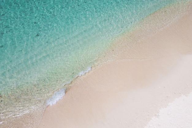 Vista aerea dall'alto dell'onda dell'oceano sulla spiaggia di sabbia