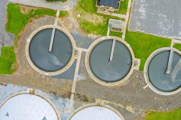 Vista aerea dall'alto ricircolo chiarificatore serbatoio di sedimentazione ambiente riciclo dell'acqua sull'ecosistema della stazione di trattamento delle acque reflue sano