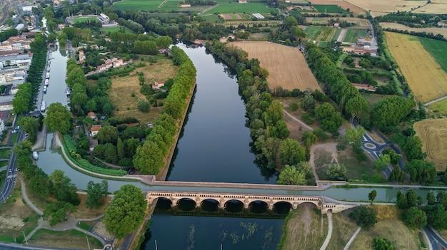 Vista aerea superiore del fiume, canal du midi e ponti dall'alto, città di beziers, francia del sud
