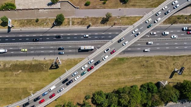 Vista aerea superiore dell'incrocio stradale dall'alto, traffico automobilistico e marmellata di molte auto, concetto di trasporto