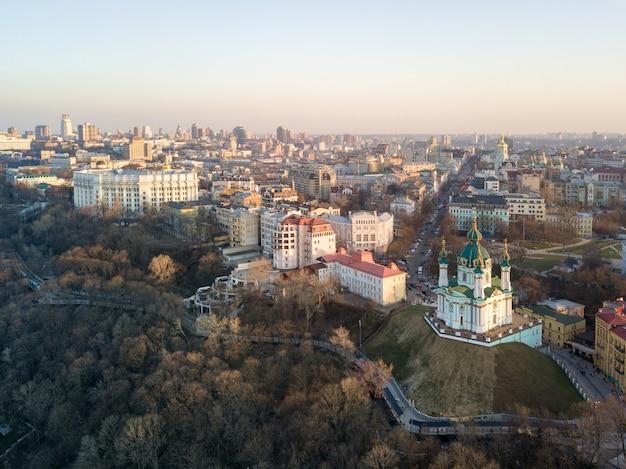 Vista aerea superiore della chiesa di sant'andrea e distretto di podol nella città di kiev, ucraina. foto di drone