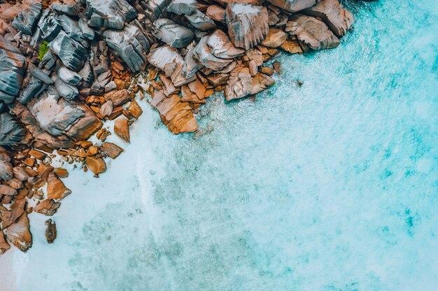Vista aerea superiore della spiaggia di paradiso tropicale delle seychelles con pura acqua turchese cristallina e bizzarre rocce di granito. isola la digue.