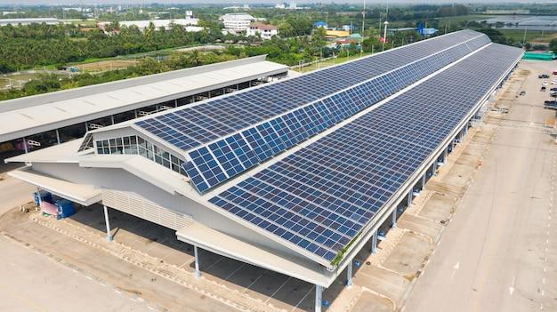 Vista aerea dall'alto delle celle solari sul tetto, pannelli solari installati sul tetto di un grande edificio industriale o di un magazzino