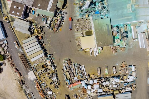 Industria chimica del sistema di vista dall'alto aerea con dettagli di serbatoi pesanti per la miscelazione chimica