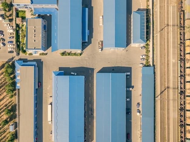 Vista aerea superiore dei capannoni dei magazzini vicino alla zona industriale f