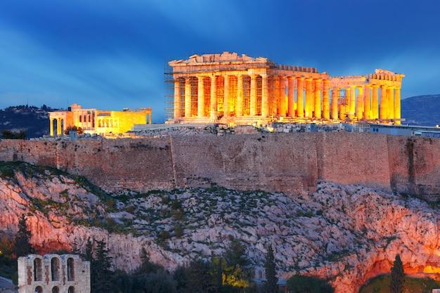 Vista aerea della collina dell'acropoli, coronata dal partenone durante l'ora blu serale ad atene, grecia