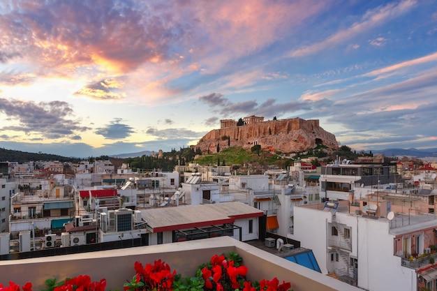 Vista aerea della collina dell'acropoli, coronata dal partenone allo splendido tramonto ad atene, grecia