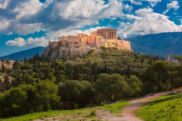 Vista aerea della collina dell'acropoli, coronata dal partenone a mezzogiorno ad atene, grecia