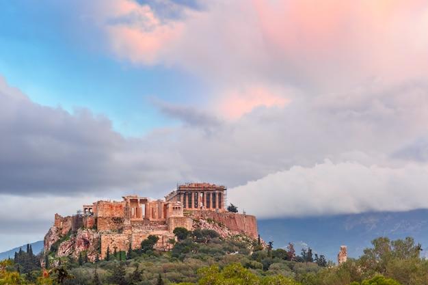 Vista aerea della collina dell'acropoli, coronata dal partenone al tramonto ad atene, grecia