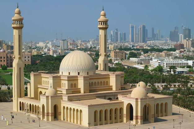 Vista aerea di al fateh grand mosque a manama, la capitale del bahrain