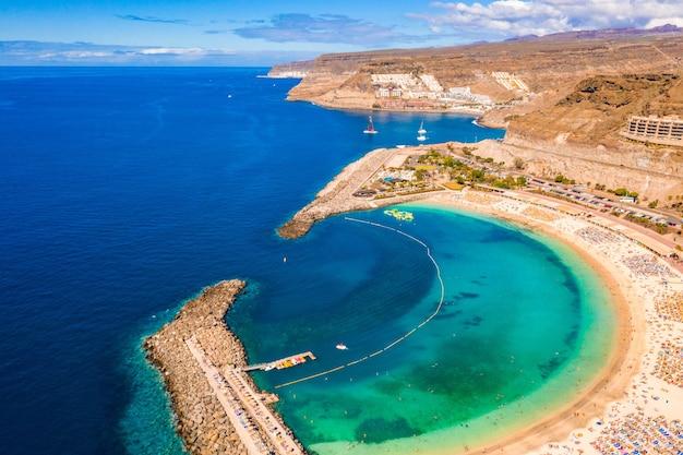 Vista aerea della spiaggia di amadores sull'isola di gran canaria in spagna