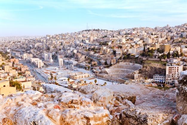 Veduta aerea di amman, la capitale della giordania, con l'antico teatro romano.