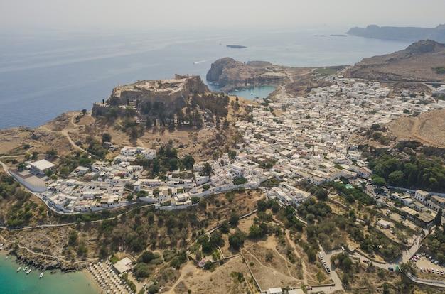 Vista aerea dell'antica acropoli e del villaggio di lindos, rodi, grecia