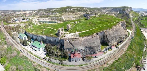 Vista aerea del monastero della santa dormizione bakhchisarai, crimea.