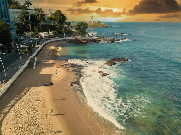Vista aerea della spiaggia di barra a salvador bahia brasile.