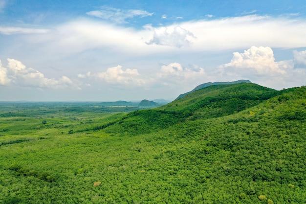 Vista aerea di belle montagne verdi della tailandia del sud