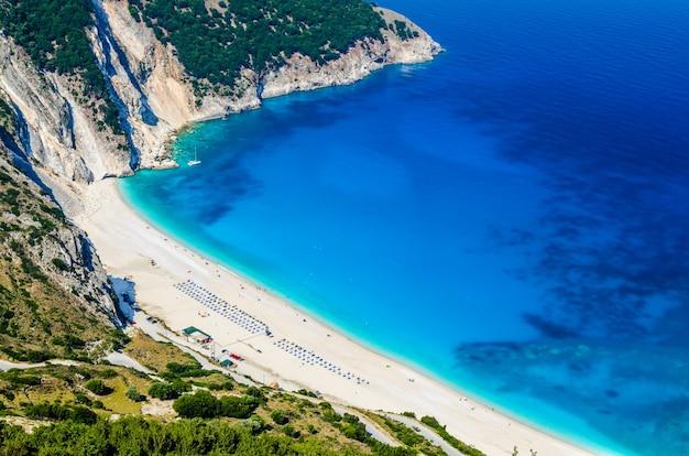 Vista aerea della bellissima baia di myrtos e spiaggia sull'isola di cefalonia, grecia