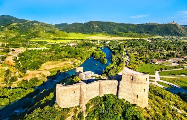 Vista aerea del castello di bebris tsikhe vicino a mtskheta in georgia