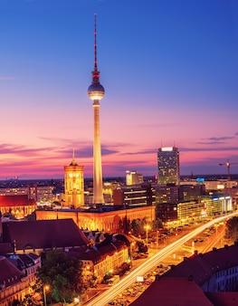 Vista aerea sopra berlino in germania su un tramonto