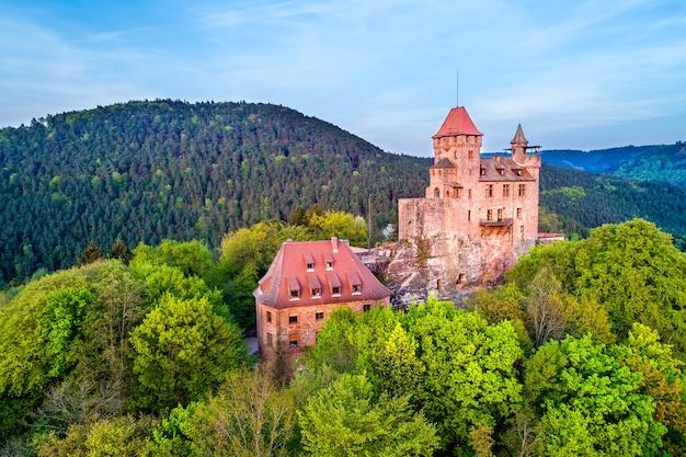 Veduta aerea del castello di berwartstein nella foresta del palatinato. renania-palatinato, germania