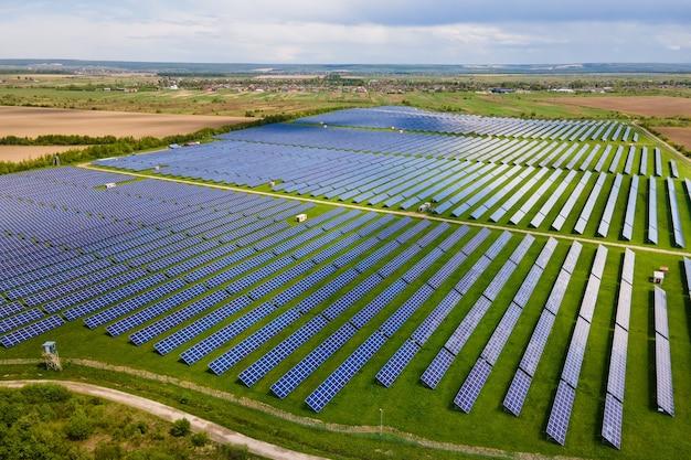 Vista aerea della grande centrale elettrica sostenibile con molte file di pannelli fotovoltaici solari per la produzione di energia elettrica ecologica pulita. elettricità rinnovabile con concetto di emissioni zero.