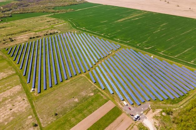 Vista aerea della grande centrale elettrica sostenibile con molte file di pannelli solari fotovoltaici per la produzione di energia elettrica ecologica pulita. elettricità rinnovabile con concetto di emissioni zero.