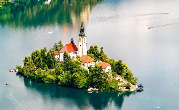 Vista aerea dell'isola di bled con la chiesa dell'assunzione di maria in slovenia